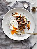 Pilze und Thymian mit pochiertem Ei