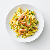 Pasta with turmeric and courgette cream and prawns