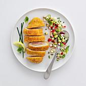 Frittierte Hähnchenroulade mit Senf-Schinken-Käse-Füllung und Apfelvinaigrette