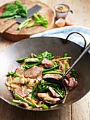 Schweinefleisch mit süsser Sojasauce und Reisnudeln im Wok