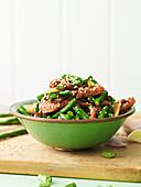 Char Siu Schweinefleisch mit grünen Bohnen und Sesam
