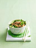 Salz-Pfeffer Hühnchen mit Gurke und Reis