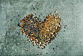 Verschiedene ungekochte Hülsenfrüchte zum Herz gelegt