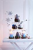Weckglas-Pyramide mit Kerzen, Zapfen und Beeren als Weihnachtsdeko
