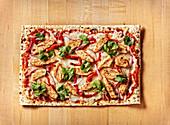 Fladenbrot-Pizza mit gegrillter Hähnchenbrust, Grillpaprika, Koriander und Mozzarella