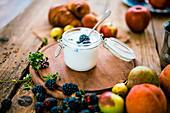Joghurt mit frischen Früchten zum Frühstück
