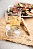 Weissweinglas auf Leinentischdecke