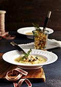 Pastinakencremesuppe mit Croutons und Kräutern