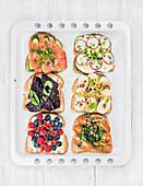 Süsse und pikante Frühstückstoasts mit Obst, Gemüse, Ei und Räucherlachs