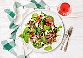 Sommersalat mit Rucola, Prosciutto und Erdbeeren