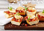 Bruschetta mit Tomatensalat und gebratener Jakobsmuschel