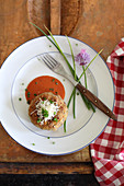 Brotpflanzerl mit Tomatensauce