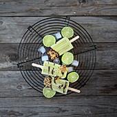 Avocado-Limetten-Popsicles mit Schokoglasur und Haselnüssen