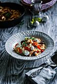Fusilli mit Paprika, Tomaten und Oliven