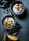 Tropical-Müsli mit Kokosjoghurt und Melonenkugeln
