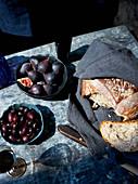Gebrochenes Brot, Feigen, Oliven und Wein