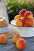 Pfirsiche auf Gartentisch