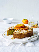 Pistazien-Mandel-Kuchen mit pochierten Kakis