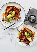 Blätterteigtartes mit Bacon, Tomaten und Avocado
