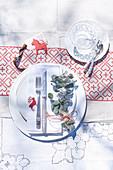 Tischgedeck mit weihnachtlicher Deko