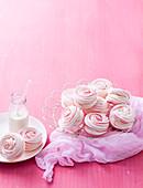 Spiral-Baiserplätzchen vor rosa Hintergrund