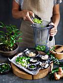 Zutaten für selbstgemachte thailändische Currypaste in Mixer geben