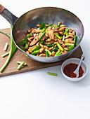 Chili-Hähnchen mit Mandeln im Wok