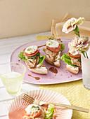 Gratinierte Putenschnitzel auf Fladenbrot mit Pesto, Tomate und Mozzarella