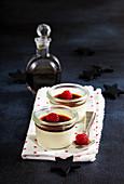 Panna cotta mit Kaffeelikör und Himbeere (weihnachtlich)