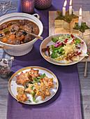 Weihnachtsbuffet mit Wildgulasch, Blaubeer-Chicoree-Salat und Semmelknödelsternen