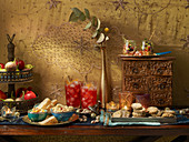 Marokkanisches Mezze-Buffet mit Falafel-Plätzchen, Zitronen-Oliven-Salat und Dips zu Weihnachten