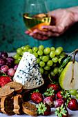 Blauschimmelkäse, Brot und Obst zu Wein