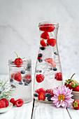 Wasser mit frischen Beeren und Eiswürfeln