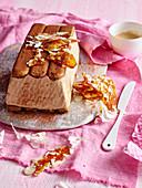 Tiramisu Eiskuchen mit Karamellstücken
