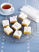 Zitronen-Baiser-Schnitten und Tee
