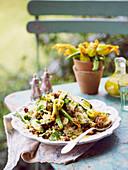 Zucchini-Quinoa-Salat mit karamellisierten Walnüssen und Haloumi