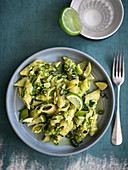 Pennoni con il pesto di zucchine crude, olive e feta (pasta with courgette pesto, olives and feta cheese, Italy)