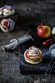 Blätterteig-Apfelrosen mit Puderzucker