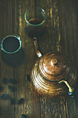 Orientalische Kupferteekanne und Teegläser