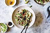 Reis mit Huhn, Zitronengras, dicken Bohnen und Chili