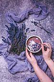 Blaubeer-Smoothie-Bowl mit Kokosflocken