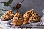 Cupcakes mit Kaffee-Buttercreme und Karamellsauce