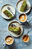 Mehrere Stücke Schokoladen-Minzekuchen auf Tellern serviert mit Kaffee