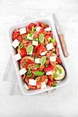Rohe bratfertige Gemüsepfanne mit Tomaten, Paprika, Auberginen, Feta und Kräutern