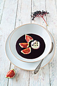 Cold elderberry soup with vegan semolina dumplings and fresh figs