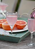 Gedeckter Tisch zum Brunch mit rosa Limonade und Grapefruithälften