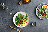 Spinatsalat mit gebratenem Käse, gerösteten Karotten, Tomaten und Kürbiskernen