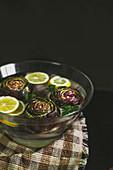 Artischocken in Zitronenwasser gelegt zum Aromatisieren