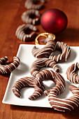Kaffee-Kipferl mit Kakao und weisser Kuvertüre zu Weihnachten