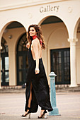 Brünette Frau in schwarzem, rückenfreiem Abendkleid